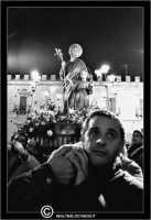 Leonforte. 19 Marzo 2006. Festa di San Giuseppe. Protettore di Leonforte. La processione del Santo. Un fedeleche porta a spalla la Vara del Santo.  - Leonforte (3408 clic)