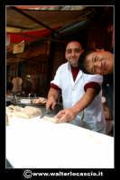 Catania: Venditore di trippa e cinesino. La Pescheria e' l'antico mercato del pesce della citta' di Catania ed e' inserito nel percorso turistico per il contenuto di folklore che si respira passando fra i banchi dei pescivendoli.   - Catania (1462 clic)