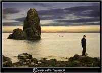 Acitrezza. Gli scogli di Acitrezza al tramonto. Un bambino mi osserva dagli scogli....  - Aci trezza (2251 clic)