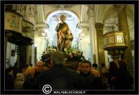 Leonforte. 19 Marzo 2006. Festa di San Giuseppe. Protettore di Leonforte. La processione del Santo. Fedeli portano il Santo a Spalla.Interno della Chiesa di San Giuseppe.  - Leonforte (3942 clic)