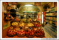 Cefalu': Caratteristica bottega di frutta e generi alimentari.  - Cefalù (13426 clic)