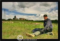 Caltanissetta. Campagna nissena. Campagna vicino la zona industriale Contrada Calderaro. Il Pastore Peter e il suo gregge di pecore.   - Caltanissetta (2585 clic)