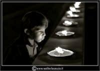 Caltanissetta: 29 Settembre 2006. Santa Messa in Cattedrale per la Festa del Santo Patrono San Michele.  San Michele Arcangelo, patrono di Caltanissetta. Bambino spegne le fiaccole.   - Caltanissetta (2454 clic)