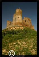 Mazzarino. Castello di Mazzarino. Su tutte le mappe, il Castello di Mazzarino è definito Castelvecchio. Anzi, in qualcuna, con superflua e sgradevole ripetizione, Castello Castelvecchio. A tutti i Mazzarinesi, pero', il Castello è noto come U CANNUNI, con l'unica torre cilindrica, quasi cannone, che si erge impettita verso il cielo. - Reportage sui Castelli della Provincia di Caltanissetta -  - Mazzarino (4229 clic)