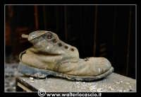 Caltanissetta: Miniera Trabonella. Spogliatoi dei minatori. Vecchio scarpone da minatore.   - Caltanissetta (6395 clic)