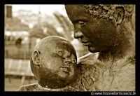 Acicastello: Maternità. Una bellissima scultura bronzea,  a grandezza umana,che si trova in Piazza Castello.  - Aci castello (1816 clic)