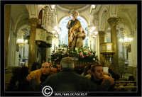 Leonforte. 19 Marzo 2006. Festa di San Giuseppe. Protettore di Leonforte. La processione del Santo. Fedeli portano il Santo a Spalla.Interno della Chiesa di San Giuseppe.  - Leonforte (6090 clic)