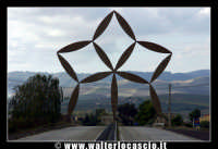 Gibellina: La stella di Pietro Consagra - È la Porta al Belìce, un'opera d'acciaio inox alta ventiquattro metri    - Gibellina (4819 clic)