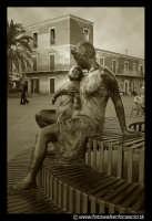 Acicastello: Maternita'. Una bellissima scultura bronzea,  a grandezza umana,che si trova in Piazza Castello.  - Aci castello (1813 clic)