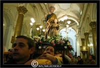Leonforte. 19 Marzo 2006. Festa di San Giuseppe. Protettore di Leonforte. La processione del Santo. Fedeli portano il Santo a Spalla.Interno della Chiesa di San Giuseppe.  - Leonforte (4326 clic)