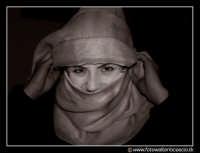 Caltanissetta : Simpatica ragazza siciliana che indossa il copricapo arabo.  - Caltanissetta (15166 clic)
