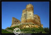 Mazzarino. Castello di Mazzarino. Su tutte le mappe, il Castello di Mazzarino è definito Castelvecchio. Anzi, in qualcuna, con superflua e sgradevole ripetizione, Castello Castelvecchio. A tutti i Mazzarinesi, pero', il Castello e' noto come U CANNUNI, con l'unica torre cilindrica, quasi cannone, che si erge impettita verso il cielo. - Reportage sui Castelli della Provincia di Caltanissetta -  - Mazzarino (5328 clic)