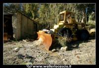 Caltanissetta: Miniera Trabonella. Reportage sulle miniere di zolfo di Caltanissetta. Vecchia ruspa abbandonata.  - Caltanissetta (4485 clic)