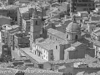 Piazza Garibaldi con Chiesa di Sant'Antonino, vista dall'alto.  - Agira (3554 clic)