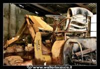 Caltanissetta: Miniera Trabonella. Reportage sulle miniere di zolfo di Caltanissetta. Vecchia ruspa abbandonata.  - Caltanissetta (3925 clic)