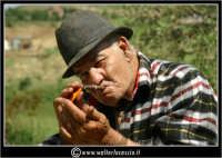 Agira. Don Orazio accende il suo sigaro.  - Agira (1366 clic)