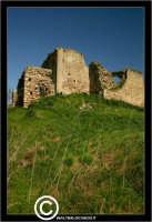 Resuttano. Castello di Resuttano. I suoi resti si possono osservare nella piana in cui il fiume Imera si distende dopo la sua discesa dai vicini colli madoniti. Dista dall'abitato di Resuttano circa 4 Km. - Reportage sui Castelli della Provincia di Caltanissetta -  - Resuttano (3513 clic)