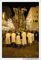 Caltanissetta: Settimana Santa. Giovedì Santo. Fedeli che spingono una vara.  CALTANISSETTA Walter L