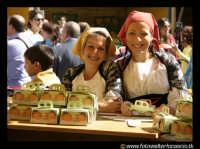 Leonforte. Donne con costumi tipici siciliani, alla sagra della pesca.  - Leonforte (8034 clic)