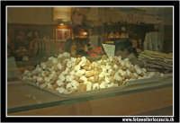 Caltanissetta: 2 Novembre, Festa dei Morti. Vetrina con dolci tipici, OSSA DI MORTO.  - Caltanissetta (21327 clic)
