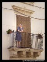 Leonforte. Donna anziana affacciata al balcone. Guarda passare il raduno delle VESPE.  - Leonforte (15451 clic)