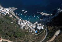 veduta aerea delle case e del porticciolo  - Levanzo (6952 clic)
