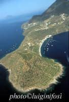 veduta aerea dell'isola, con in primo piano capo milazzese  - Filicudi (6047 clic)