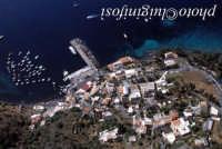 veduta aerea dell'isola, con in primo piano la città ed il porto  - Salina (5838 clic)