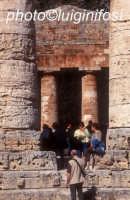 turisti in visita a segesta  - Segesta (1385 clic)
