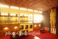 l'interno del museo archeologico e a dx il talamone  - Agrigento (3367 clic)