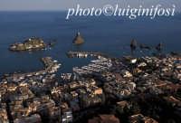 veduta aerea della baia di acitrezza e dei faraglioni  - Aci trezza (21289 clic)