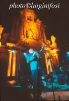 Avion Travel in concerto davanti la Chiesa di San Bartolomeo - estate 2002  - Scicli (1521 clic)