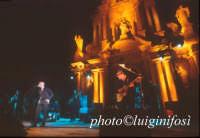 Avion Travel in concerto davanti la Chiesa di San Bartolomeo - estate 2002  - Scicli (1866 clic)