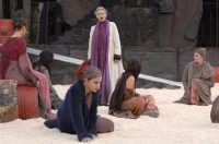 lucilla morlacchi tra il coro - troiane 2006  - Siracusa (3034 clic)