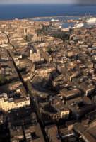 veduta aerea del centro storico con l'anfiteatro romano, il duomo ed il porto  - Catania (5039 clic)