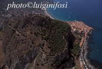 veduta aerea di cefalù e della collina che la sovrasta  - Cefalù (5243 clic)
