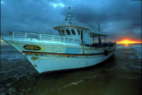 uno dei barconi della speranza degli extracomunitari arenato sulle coste ragusane  - Sampieri (3808 clic)