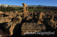 valle dei templi: i resti del tempio dei dioscuri  - Agrigento (2606 clic)