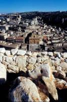 paesaggio urbano - la chiesa di san pietro vista dal quartiere dente  - Modica (2396 clic)