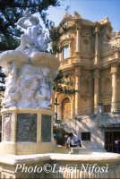 i luoghi di Montalbano: L'ercole e la chiesa di San Domenico  - Noto (3913 clic)