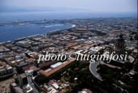 panorama aereo con in primo piano la chiesa di cristo re e sullo sfondo il porto  - Messina (6520 clic)