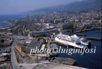 panorama aereo con in primo piano l'attracco dei traghetti FF.SS. e la stazione sullo sfondo  - Messina (11457 clic)