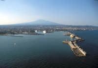 la bocca del porto e l'etna sullo sfondo  - Catania (8703 clic)