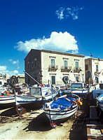 barche in secco presso il molo di donnalucata  - Donnalucata (4087 clic)