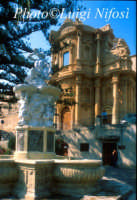 la fontana di ercole e la Chiesa di San Domenico  - Noto (3712 clic)