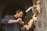 il maestro scultore Gianni Sessa al lavoro nella sua bottega di Catania  - Catania (5292 clic)