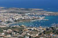 una veduta aerea di lampedusa con la città, il porto e l'aeroporto  - Lampedusa (13720 clic)