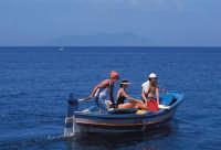 panorama con barca e favignana sullo sfondo  - Levanzo (2177 clic)
