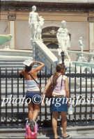 turiste in piazza pretoria  PALERMO Luigi Nifosì