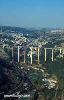 il ponte gurrieri e la città visti dalla fiumara  - Modica (6479 clic)